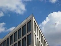 Ecke eines Bürogebäudes Stockfotos