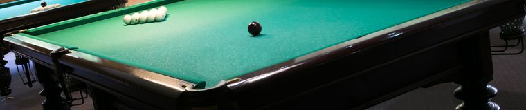 Ecke eines Billardtischs mit Weiß und schwarzen Kugeln auf ihm lizenzfreie stockbilder