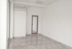Ecke eines leeren Büroraumes Stockbilder