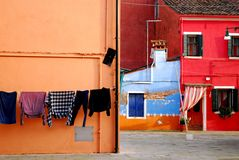 Ecke entwarf schön mit bunten Häusern und Kleidung, in Burano in Venedig in Italien zu trocknen Stockbild