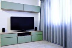 Ecke im modernen Raum mit Fernsehapparat Lizenzfreies Stockfoto