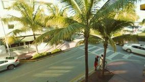 Ecke im Südstrand, Miami, genommen von der Spitze an einem schönen Tag Bunter und glänzender perlenbesetzter Vorhang mit einem sc stock footage