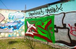 Ecke mit bunten Graffiti, chaotischen Mustern und Text Stockbilder