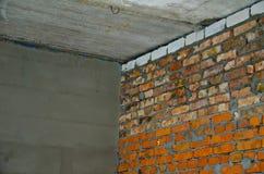 Ecke von zwei Wänden in einem Haus im Bau Stockfotos
