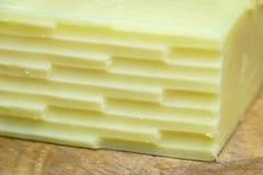 Ecke zerriebener Cheddar-Käse Stockfoto