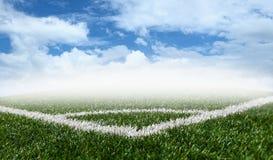 Eckfußballgrünrasenfläche mit blauem Himmel Stockbilder