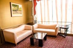 Eckiges Sofa und Abendessenlastwagen im Innenraum Stockbild