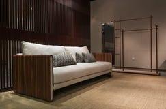 Eckiges Sofa und Abendessenlastwagen im Innenraum stockfoto