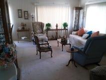 Eckiges Sofa und Abendessenlastwagen im Innenraum Lizenzfreies Stockfoto