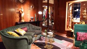 Eckiges Sofa und Abendessenlastwagen im Innenraum Lizenzfreie Stockbilder