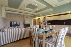 Eckiges Sofa und Abendessenlastwagen im Innenraum Lizenzfreies Stockbild
