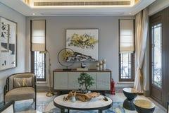 Eckiges Sofa und Abendessenlastwagen im Innenraum lizenzfreie stockfotos