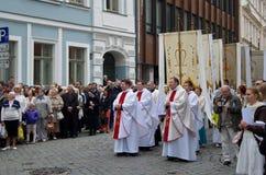 Ecklesiastisk procession till och med gatorna av den gamla staden Royaltyfri Bild