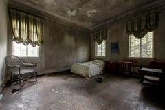 Eckschlafzimmer mit Möbeln - verlassene Villa Lizenzfreie Stockfotos