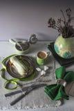 ECLAIR με τις πράσινες διακοσμήσεις στην επιτραπέζια κατακόρυφο Στοκ φωτογραφία με δικαίωμα ελεύθερης χρήσης