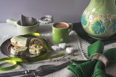 ECLAIR με τις πράσινες διακοσμήσεις στον πίνακα οριζόντιο Στοκ φωτογραφία με δικαίωμα ελεύθερης χρήσης