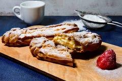Eclair клубники десерта стоковые фотографии rf