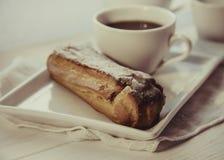 Eclair шоколада на плите Стоковое Изображение