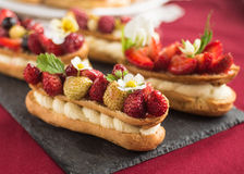Eclair cake met aardbeien stock fotografie