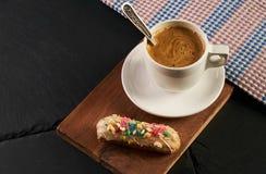 Eclair crémeux français et tasse de café chaude photos stock