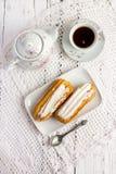 Eclair de dessert avec la crème fouettée photos stock