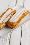 Eclair de dessert avec la crème fouettée image libre de droits