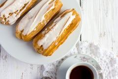 Eclair de dessert avec la crème fouettée photo stock