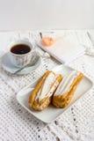 Eclair de dessert avec la crème fouettée photos libres de droits