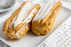 Eclair de dessert avec la crème fouettée photographie stock libre de droits