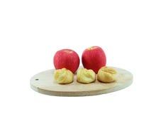 Eclair e maçã vermelha com placa de corte de madeira Foto de Stock