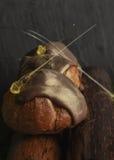 Eclair met gouden karamel Royalty-vrije Stock Afbeeldingen