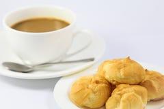Eclair mit Kaffee Lizenzfreie Stockfotos