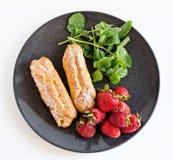 Eclair, morango e hortelã franceses Imagem de Stock Royalty Free