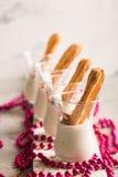 Eclair saporito dolce con crema bianca fotografia stock libera da diritti