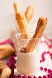 Eclair saporito dolce con crema bianca immagine stock