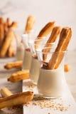 Eclair saporito dolce con crema bianca immagini stock
