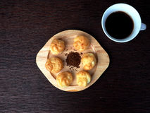 Eclair und Kaffee Stockfotos