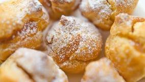 Eclairs στην κονιοποιημένη ζάχαρη Στοκ Εικόνες