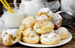 Eclairs или profiteroles торта печенья Choux с взбитой сливк Стоковая Фотография