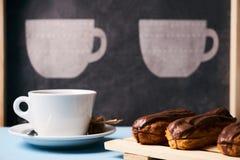 eclairs и чашка чаю Стоковая Фотография RF