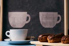 eclairs и чашка чаю Стоковое Фото