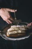 Eclairs на металлической пластине в руках женщины Стоковые Фотографии RF