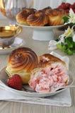 Eclairs с завалкой клубники cream Стоковая Фотография RF