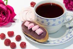 Eclairs с красным чаем стоковые фото