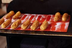 Eclairs auf einem roten Brett einige Eclairs haben bereits gegessen lizenzfreie stockbilder