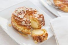 Eclairs avec de la crème et des amandes de vanille Photo libre de droits