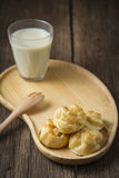 Eclairs che serviscono con il latte di soia Immagini Stock Libere da Diritti