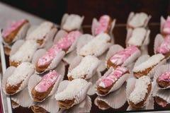 Eclairs, dessert français traditionnel sur un verre Photos libres de droits