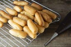 Eclairs eller profiterole som förbereder sig på bakplåten traditionell efterrättfransman Laga mat hemlagade kakor, efterrätt arkivbilder