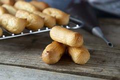 Eclairs eller profiterole som förbereder sig på bakplåten traditionell efterrättfransman Laga mat hemlagade kakor, efterrätt royaltyfri fotografi